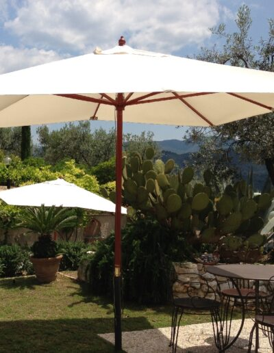 Giardino e ombrelloni agriturismo spoleto collerisana
