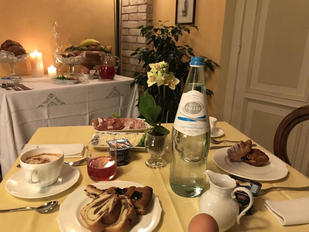 Tavola apparecchiata per colazione agriturismo Collerisana